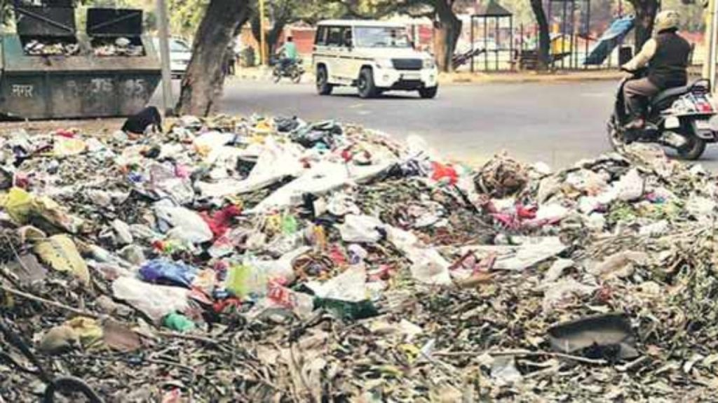 Shocking garbage collection on road sides