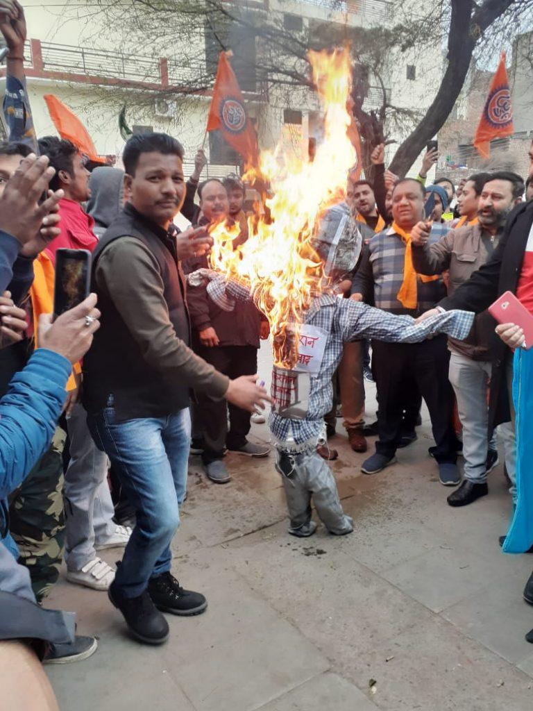 VHP Gauraksha Chandigarh Mahanagar Chief Rishi Raj burning Figgy of Pakistan Government 2