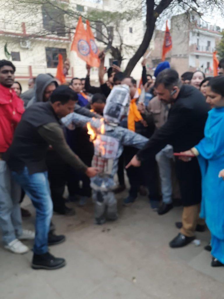 VHP Gauraksha Chandigarh Mahanagar Chief Rishi Raj burning Figgy of Pakistan Government 1
