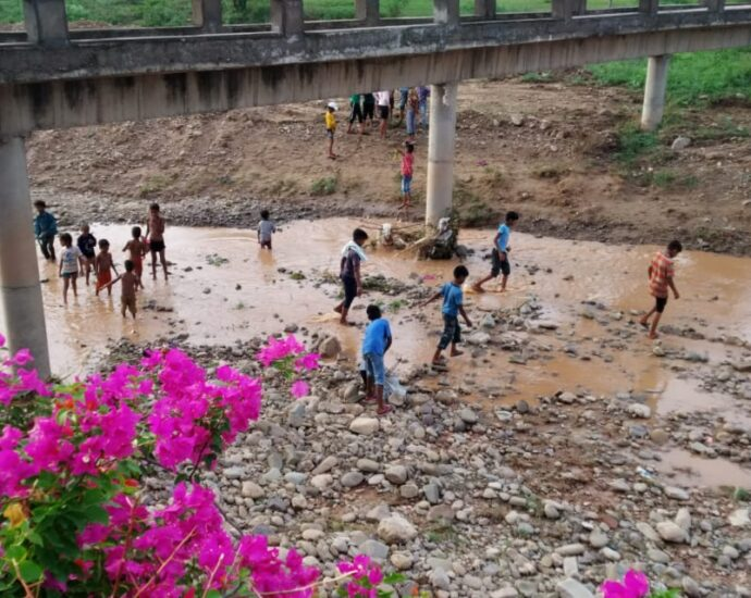 Kids in Saketri risking their life to catch fishes in Sukhna river