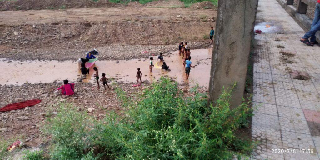 Kids in Saketri catching fishes
